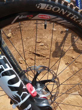 Carbon frame, Fox fork, Sun Ringle rims the front wheel from a DH junior