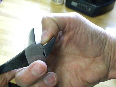 Dull cutting edge on a diagonal side cutter