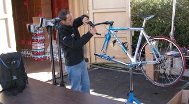 Craig Geater assembles a bike for Popovych.