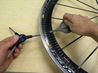 Mavic spoke holder prevents blade from twisting