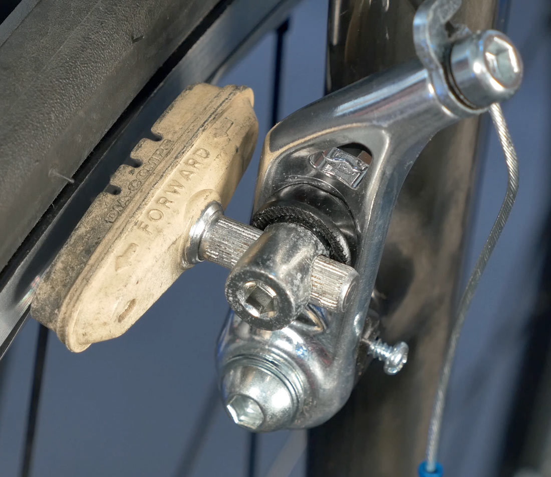Smooth stud pad in a cantilever brake