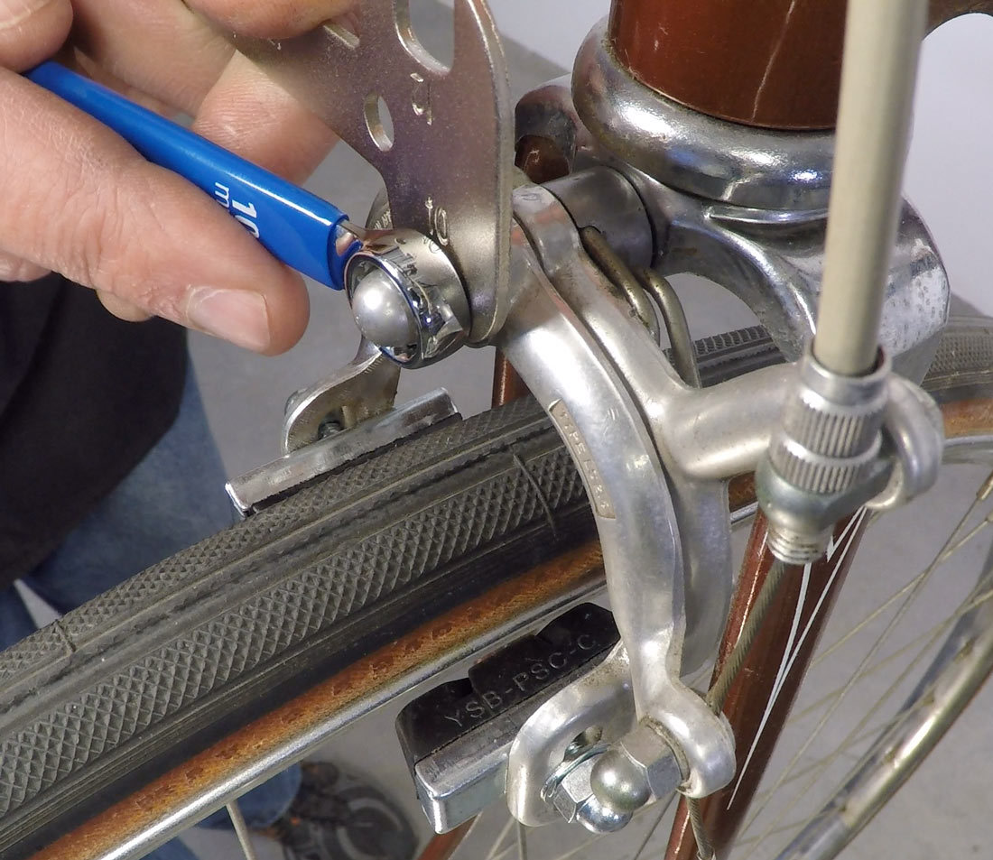 Adjusting play on the double nut caliper
